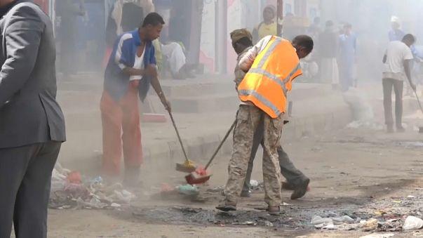 السلطات اليمنية في حرب ضد النفايات والمياه الراكدة لمكافحة وباء الكوليرا
