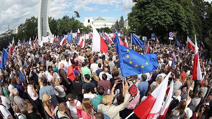 A bíróságok függetlenségéért tüntettek Lengyelországban