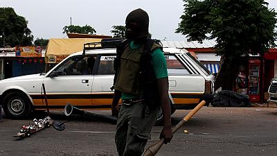 Côte d'Ivoire : trois soldats radiés après des tirs dans un camp militaire (armée)