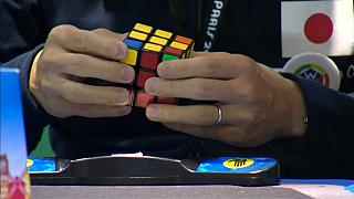 Forogtak a Rubik-kockák Párizsban