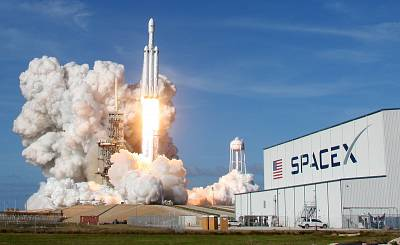 A SpaceX Falcon Heavy rocket lifts off from historic launch pad 39-A at the Kennedy Space Center in Cape Canaveral on February 6, 2018 in Florida.