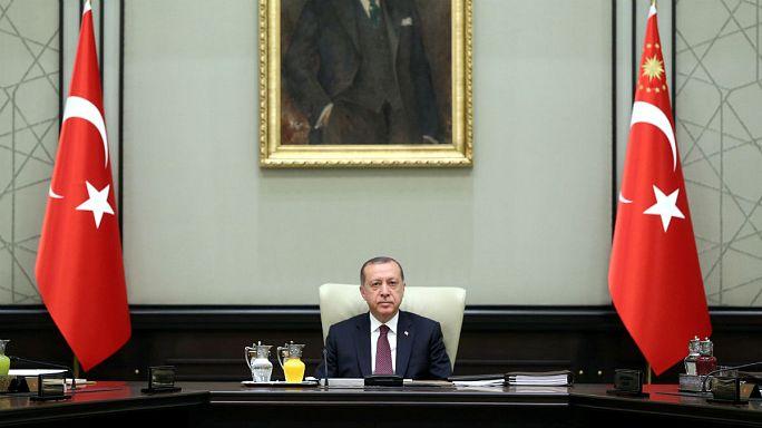 Il parlamento turco estende lo stato di emergenza per altri tre mesi