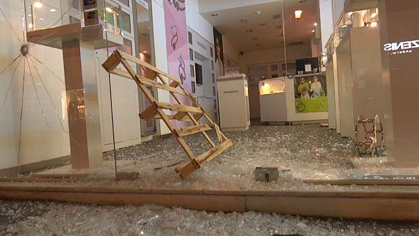 Atina'da protestocular mağazalara saldırdı