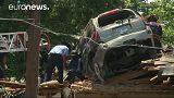 [Vidéo] Etats-Unis : une voiture finit sa course sur le toit d'une maison