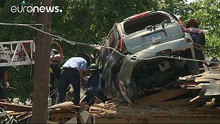 Bruchlandung: Auto fliegt auf Hausdach