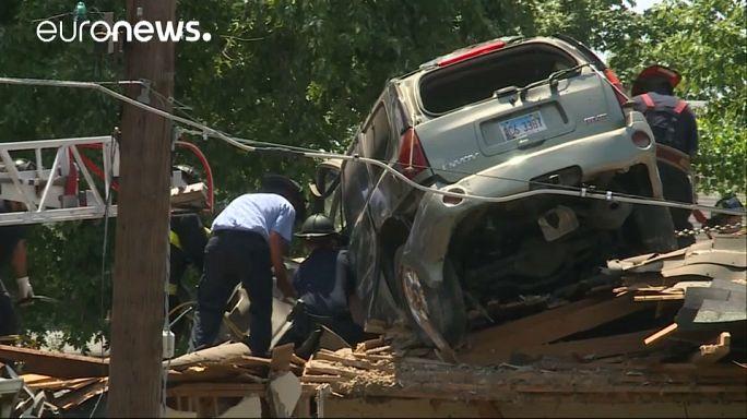 Un coche acaba en el techo de una casa