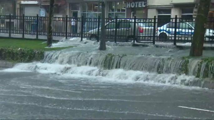 أمطار الصيف تشلّ الحركة في إسطنبول
