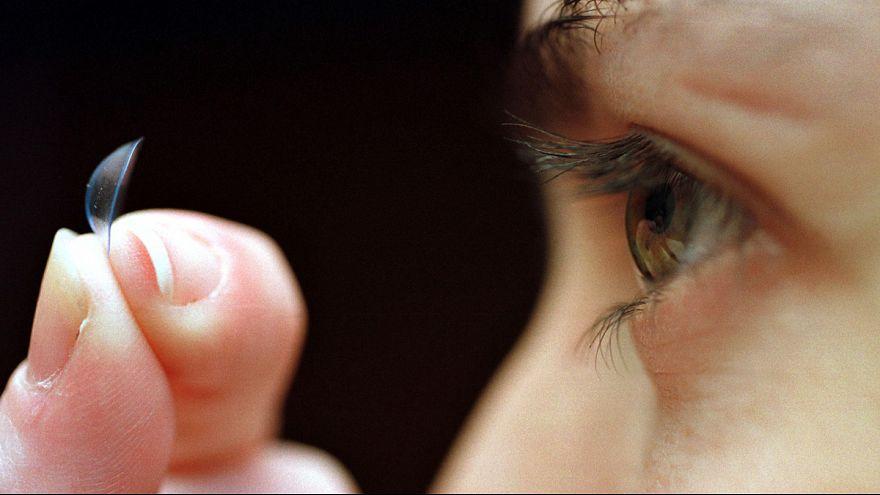 Nicht gemerkt: Frau trägt 27 Kontaktlinsen im Auge