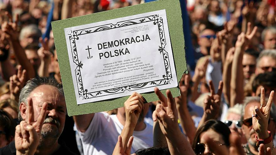 """Breves de Bruxelas"": Estado de direito na Polónia e AI na Turquia"