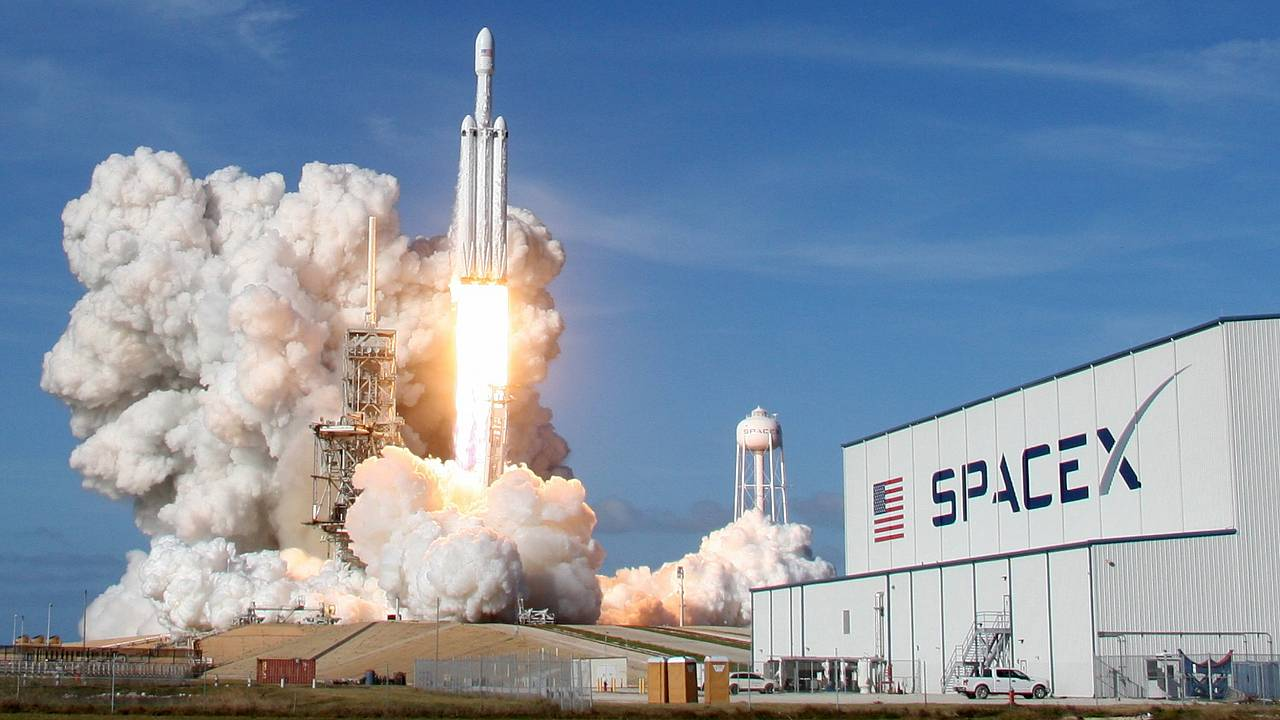 Image: A SpaceX Falcon Heavy rocket lifts off from the Kennedy Space Center