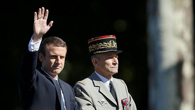 Macron intenta cerrar la crisis con el ejército