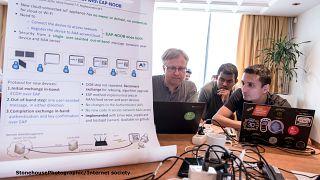 هندسة الأنترنت و الخطط المستقبلية لإتاحة استخدامه في مؤتمرتاريخي بالعاصمة التشيكية