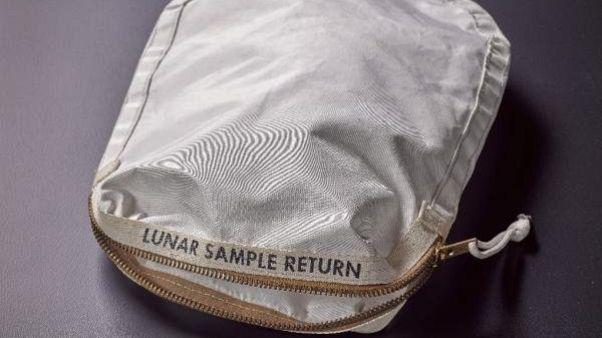 Una bolsa de Armstrong para polvo lunar, a subasta por 2 millones de dólares