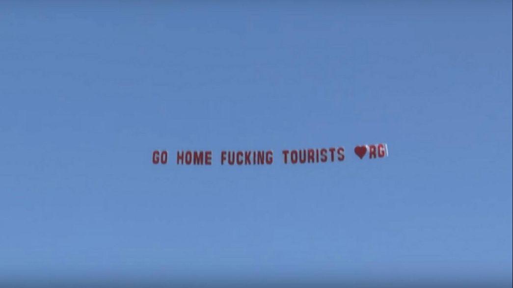 اعتذار عمدة مدينة فرنسية  بعد تحليق طائرة تحمل لافتة مهينة للسائحين