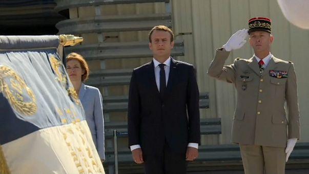 Francia: visita di Macron in una base aerea fra le polemiche sui tagli alla difesa