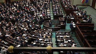 A lengyel parlament alsóháza megszavazta a sokat vitatott javaslatot