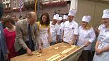 William e Kate preparano i brezel in Germania