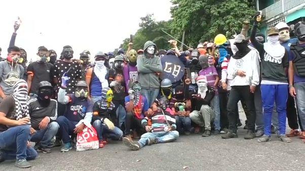Dos muertos y varios centenares de detenidos durante la jornada de huelga general en Venezuela