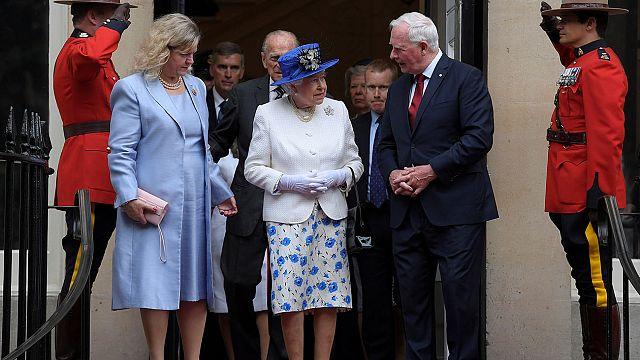 Protokolü ihlal etti; Kraliçe'nin kolunu tuttu