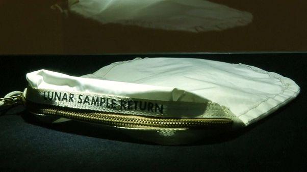 """Venduto all'asta il sacchetto con cui Armstrong portò sulla Terra la """"polvere di luna"""""""