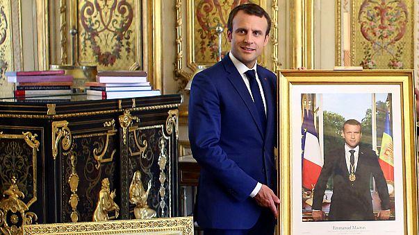 Macron sort-il du cadre ? Certains maires attisent la polémique
