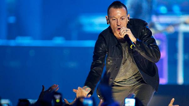 I fan piangono Chester Bennington