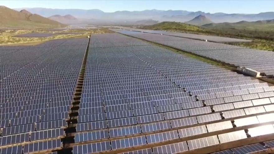 Chile inaugura una planta solar de 350.000 paneles