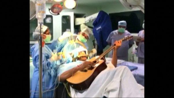 نوازندهای که هنگام عمل جراحی مغز گیتار می نواخت