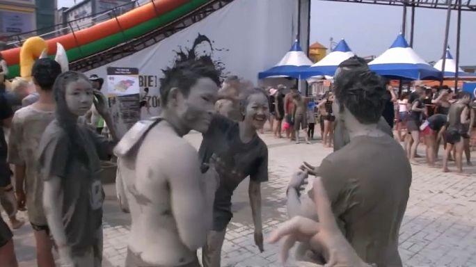 كوريا تستقبل السياح بالطين