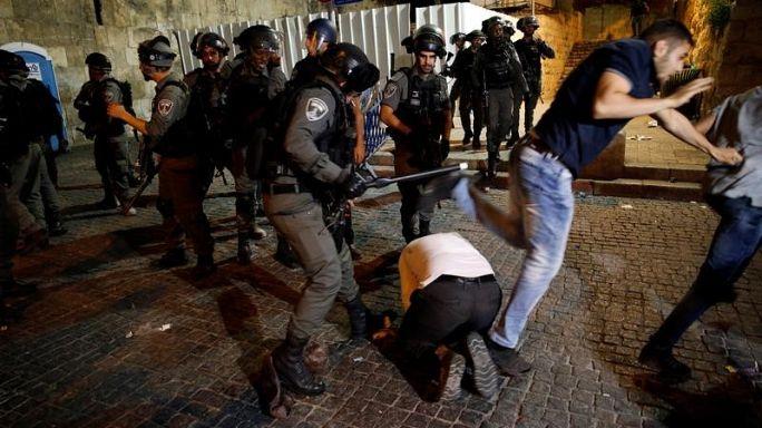 شاهد: الشرطة الإسرائيلية تعتدي على شاب فلسطيني وهو يصلي