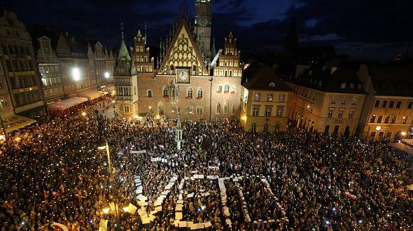 El Senado polaco aprueba la polémica reforma judicial entre protestas en las calles y denuncias de Bruselas