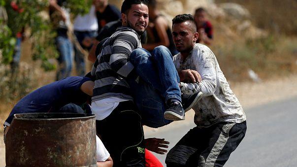 """شاهد.. إصابة شاب فلسطيني على يد قناص إسرائيلي في """"جمعة الغضب"""""""