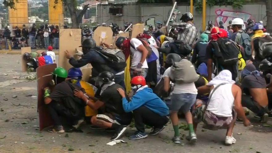 """Violência prossegue e há nova """"greve cívica"""" anunciada na Venezuela"""