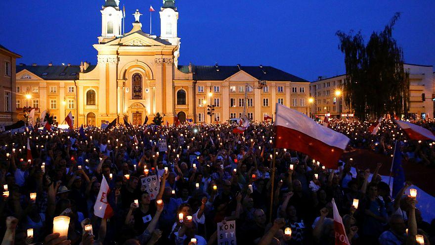 Manifestación en Polonia contra las leyes para controlar el Tribunal Supremo