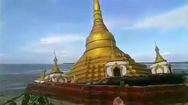 انهيار معبد بوذي في نهر هائج بميانمار