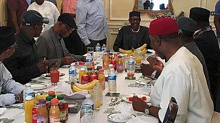 أول صورة للرئيس النيجيري بعد رحلة طويلة مع العلاج في بريطانيا
