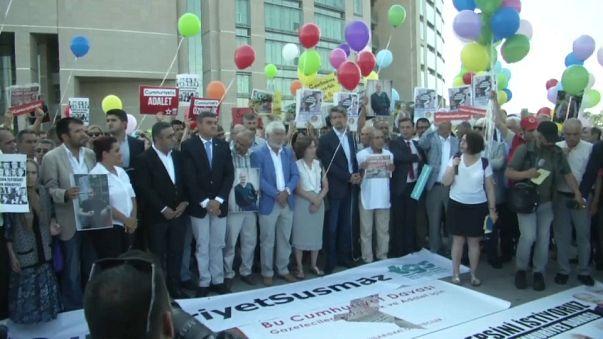 Turchia: si apre processo a Cumhuriyet, in centinaia manifestano per libertà di stampa