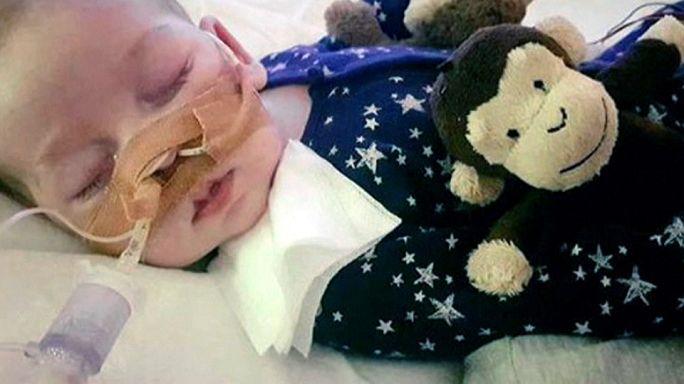 والدا الرضيع البريطاني تشارلي يسمحان بموت طفلهما