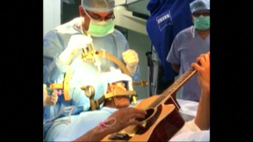 Patient spielt Gitarre während Hirn-OP [VIDEO]