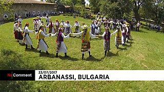 Bulgaria: matrimonio in abiti tradizionali, sposi invitano tutto il paese