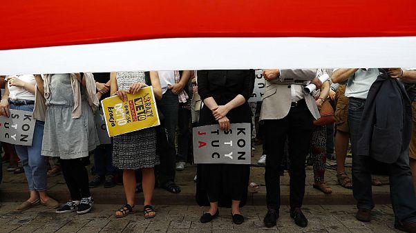 Miles de personas piden en Varsovia un veto presidencial total a la reforma judicial de Kaczynski