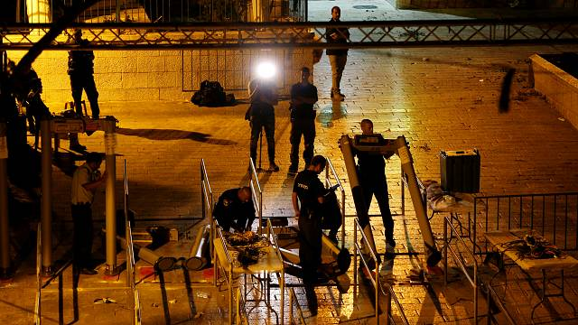 Israel to remove metal detectors from holy site