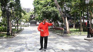 """Presidente da Venezuela apresenta versão da canção """"Despacito"""""""