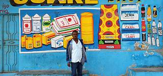 I murales colorati di Shik Shik per i negozi di Mogadiscio