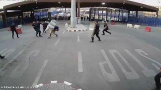 شاهدوا كيف هاجم شاب الشرطة الاسبانية في مليلة