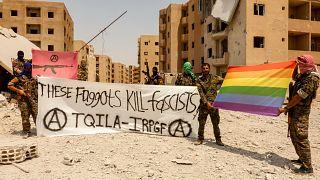 مواقع التواصل الإجتماعي تنشر صورا لكتيبة للمثليين لتحرير الرقة
