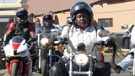 Afrique du Sud : les femmes noires motardes de plus en plus attirées par des grandes voies [no comment]