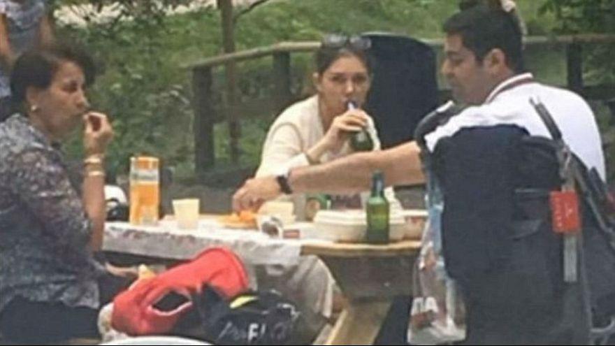 مذيعة إيرانية محافظة تثير جدلا بسبب خلعها الحجاب في سويسرا