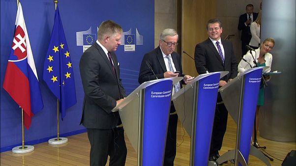 Juncker kinyomta Merkelt a mobliján