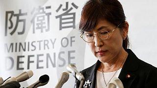 وزيرة دفاع اليابان تستقيل وآبي يعتذر للشعب